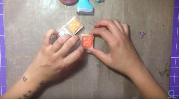 en color naranja