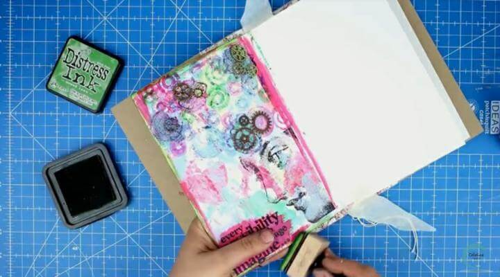 entintar bordes en la pagina de art journal